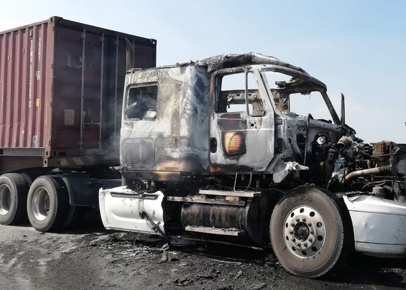 Xe container bốc cháy ngùn ngụt, cầu Phú Mỹ kẹt cứng - Ảnh 2.