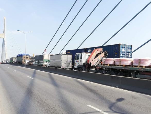 Xe container bốc cháy ngùn ngụt, cầu Phú Mỹ kẹt cứng - Ảnh 4.