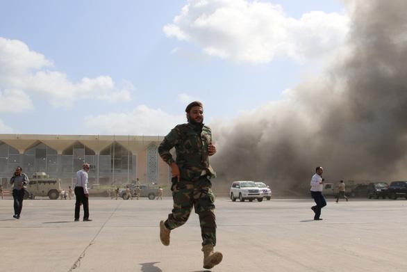 Nổ hàng loạt ở sân bay Yemen, ít nhất 26 người chết - Ảnh 1.