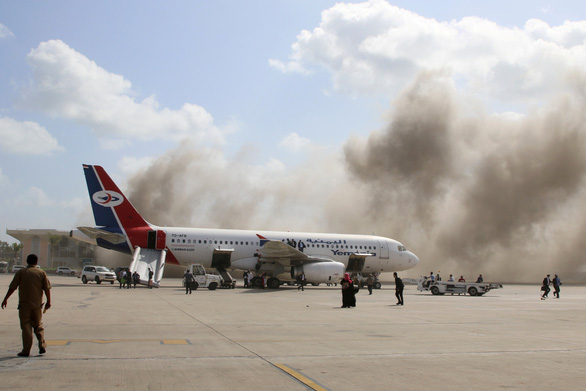 Nổ hàng loạt ở sân bay Yemen, ít nhất 26 người chết - Ảnh 2.