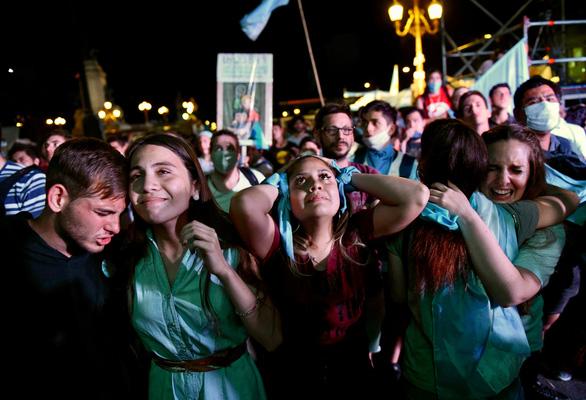 Argentina thông qua dự luật lịch sử, hợp pháp hóa phá thai - Ảnh 1.