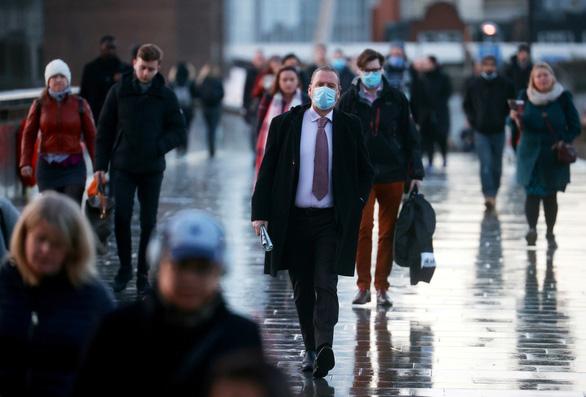 Vương quốc Anh ghi nhận hơn 1.000 người chết một ngày vì COVID - Ảnh 1.