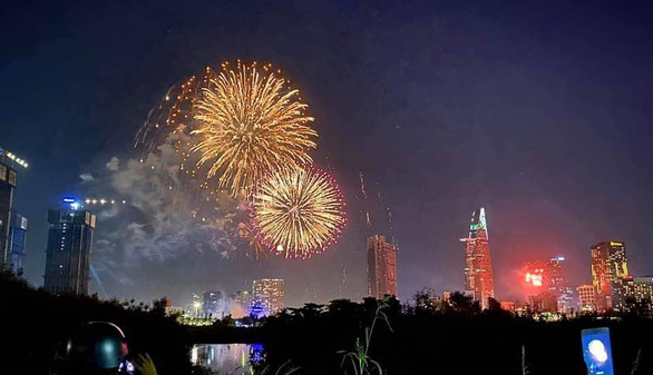 Ho Chi Minh City officially displays fireworks at 4 points on the occasion of the New Year - Photo 1.
