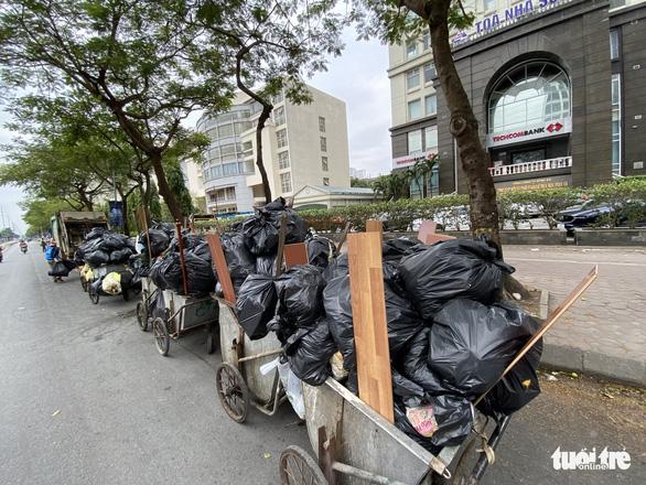 Rác thải sinh hoạt lại 'ngập ngụa' nhiều tuyến đường ở Hà Nội - Ảnh 3.