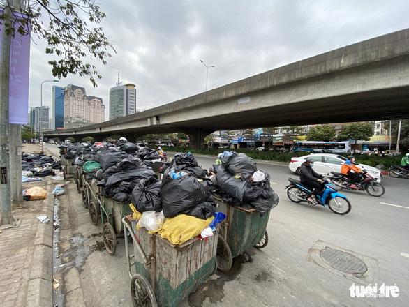 Rác thải sinh hoạt lại 'ngập ngụa' nhiều tuyến đường ở Hà Nội - Ảnh 2.