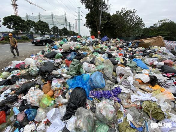 Rác thải sinh hoạt lại 'ngập ngụa' nhiều tuyến đường ở Hà Nội - Ảnh 1.