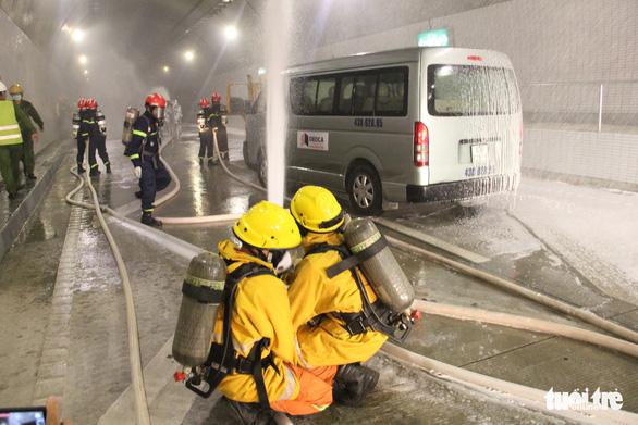 Diễn tập chữa cháy ở hầm Hải Vân 2 trước khi lưu thông - Ảnh 2.