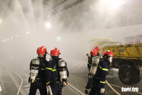 Diễn tập chữa cháy ở hầm Hải Vân 2 trước khi lưu thông - Ảnh 1.