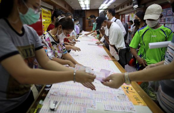 Thái Lan tạm hoãn kế hoạch tiêm vắc xin AstraZeneca - Ảnh 1.