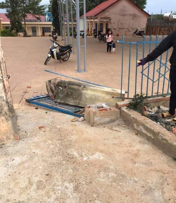 Cổng trường đổ sập chiều nay đè chết học sinh lớp 4 - Ảnh 2.