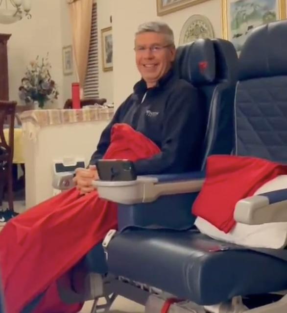 Mua ghế máy bay hạng nhất để… ngồi chơi trong phòng khách - Ảnh 3.