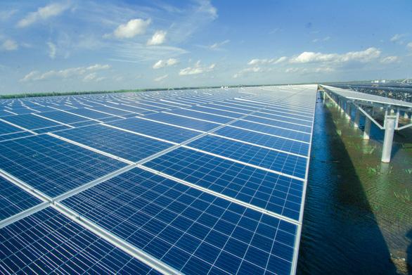 Nhà máy điện mặt trời đầu tiên tại Vĩnh Long hòa lưới - Ảnh 1.
