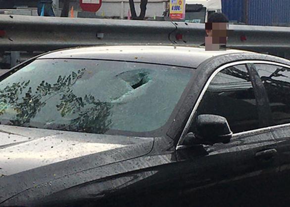 Bắt 2 thanh niên đập phá hàng loạt xe hơi - Ảnh 2.