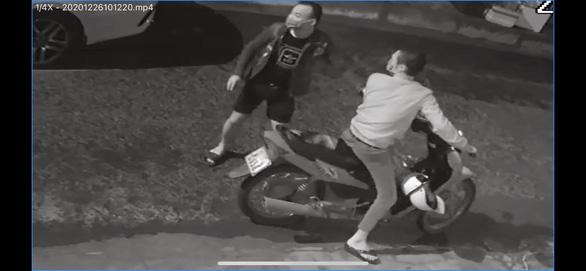 Bắt 2 thanh niên đập phá hàng loạt xe hơi - Ảnh 1.