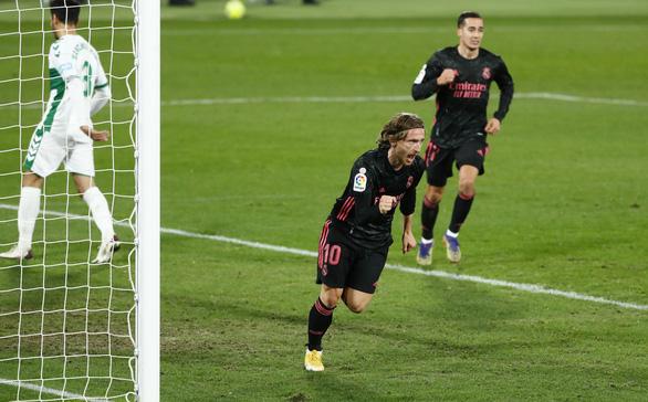 Không thắng nổi Elche, Real Madrid tụt lại so với Atletico Madrid - Ảnh 1.