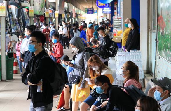 Bến xe Sài Gòn nhộn nhịp khách về quê đón tết, siết chặt phòng dịch - Ảnh 1.