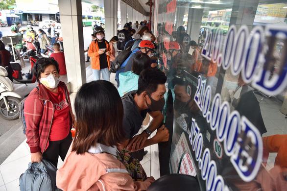 Lễ 30-4: các bến xe lớn tại TP.HCM tăng 20-60% giá vé một số tuyến - Ảnh 1.