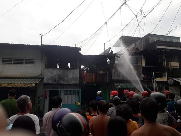 Hỏa hoạn thiêu rụi bốn căn nhà ở quận 8 ngày cuối năm - Ảnh 3.