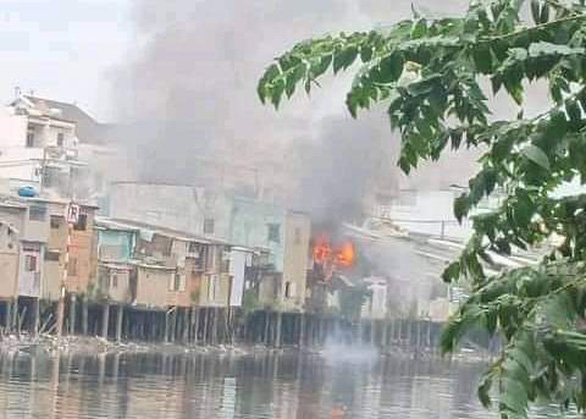 Hỏa hoạn thiêu rụi bốn căn nhà ở quận 8 ngày cuối năm - Ảnh 2.