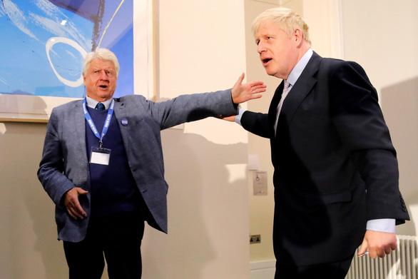 Cha thủ tướng Anh xin quốc tịch Pháp ngay khi con trai dứt áo với EU - Ảnh 1.