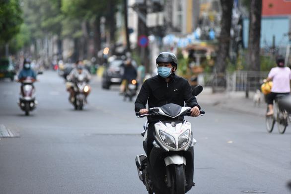 Gió lạnh về lồng lộng trong đêm, sáng 31-12 cả Sài Gòn se lạnh - Ảnh 1.