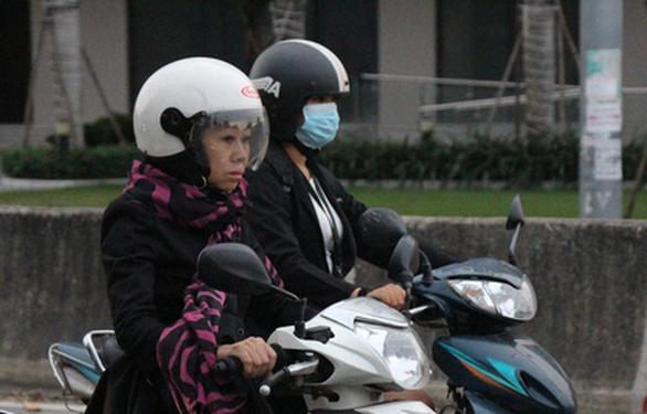Gió lạnh về lồng lộng trong đêm, sáng 31-12 cả Sài Gòn se lạnh - Ảnh 2.
