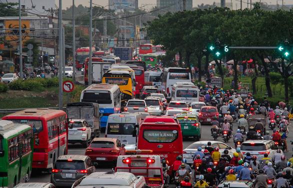 Bến xe Sài Gòn nhộn nhịp khách về quê đón tết, siết chặt phòng dịch - Ảnh 4.
