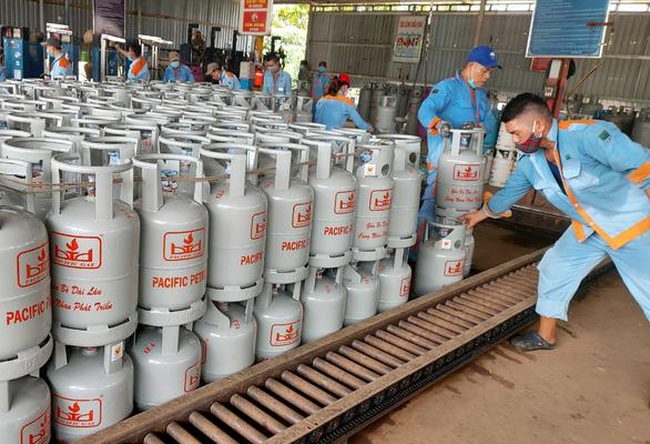Giá gas tăng mạnh 27.500 đồng mỗi bình 12kg ngày đầu năm mới - Ảnh 1.