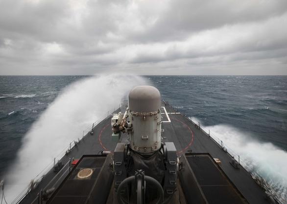 NÓNG: 2 tàu khu trục Mỹ mang tên lửa dẫn đường cùng tiến vào eo biển Đài Loan - Ảnh 1.