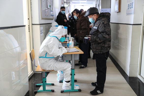 Trung Quốc có người đầu tiên mang biến thể siêu lây nhiễm của virus corona - Ảnh 1.