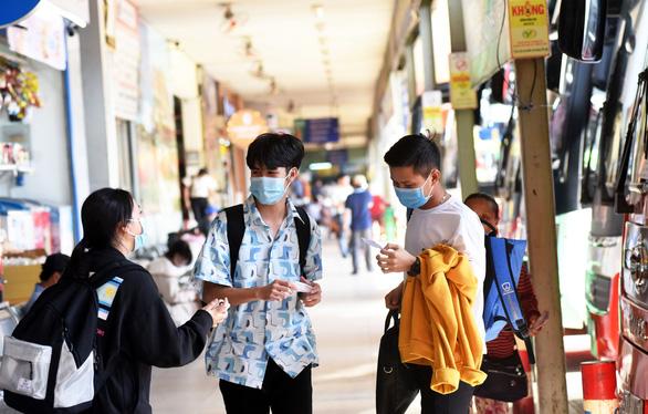 Sinh viên đổ về quê tránh dịch - Ảnh 1.