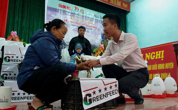 Báo Tuổi Trẻ và GREENFEED tặng cần câu cho nông dân Quảng Trị - Ảnh 2.