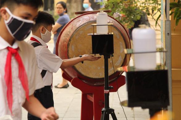 Học sinh Hà Nội phải đeo khẩu trang từ nhà đến trường - Ảnh 1.