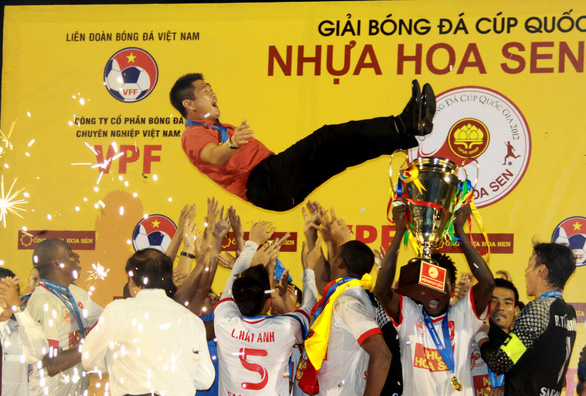 Bóng đá chuyên nghiệp Việt Nam: Dễ vỡ khi ông chủ buông tay - Ảnh 1.