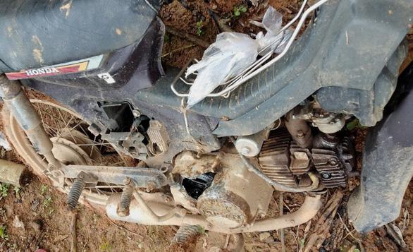 Bảo vệ rừng bị đe dọa, dằn mặt, đập phá xe - Ảnh 1.