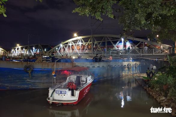 Sà lan 500 tấn kẹt dưới gầm cầu Rạch Cát, tàu lửa phải bò 5km/h qua cầu - Ảnh 2.