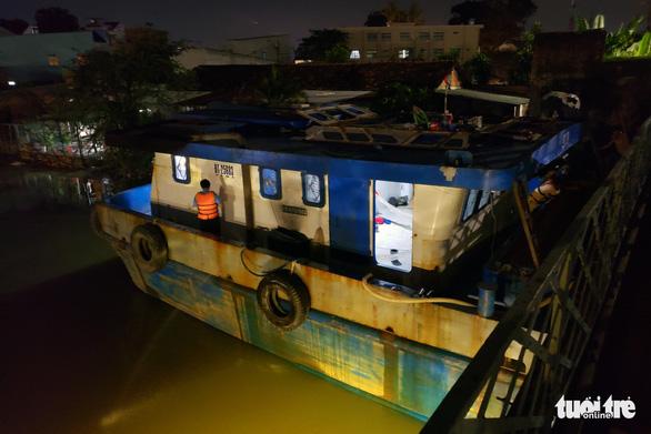 Sà lan 500 tấn kẹt dưới gầm cầu Rạch Cát, tàu lửa phải bò 5km/h qua cầu - Ảnh 4.
