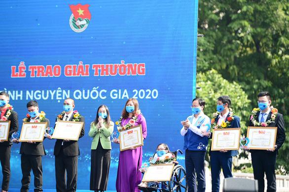 'Xương thủy tinh' Ngọc Tâm nhận giải thưởng Tình nguyện quốc gia năm 2020 - Ảnh 2.