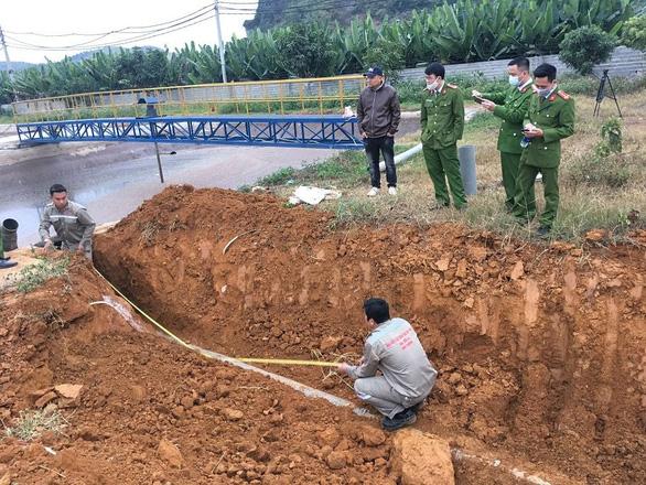 Cảnh sát môi trường lắc đầu với hệ thống ống ngầm xả nước thải vào hang ngầm - Ảnh 2.