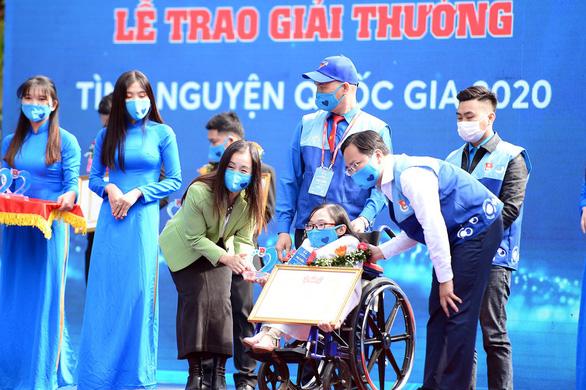 'Xương thủy tinh' Ngọc Tâm nhận giải thưởng Tình nguyện quốc gia năm 2020 - Ảnh 1.