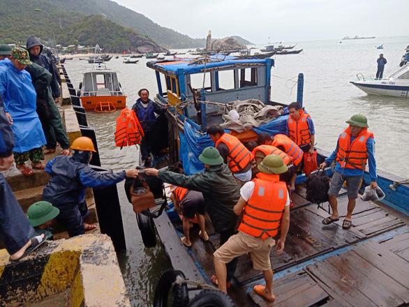 Tàu chở 2.250 tấn ximăng bị bục khoang máy, 10 người được cứu sống - Ảnh 2.