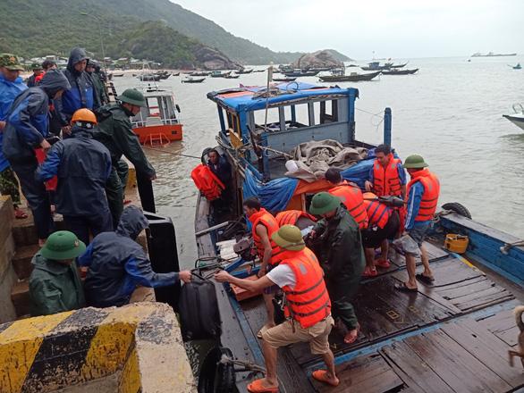 Tàu chở 2.250 tấn ximăng bị bục khoang máy, 10 người được cứu sống - Ảnh 1.