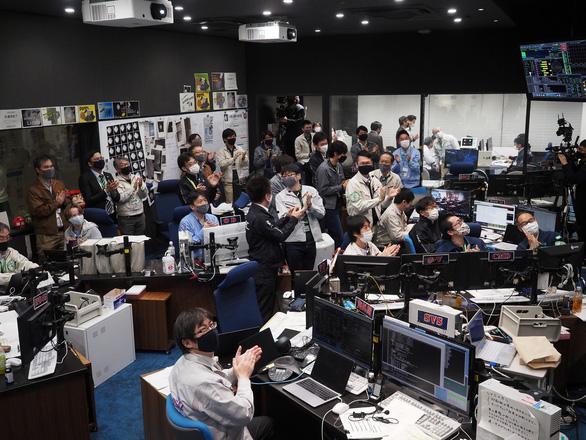 Tàu Hayabusa-2 của Nhật Bản gửi mẫu vật từ tiểu hành tinh về Trái đất - Ảnh 2.
