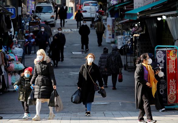 Số ca COVID-19 tăng cao nhất trong 9 tháng, Hàn Quốc nâng mức giãn cách xã hội - Ảnh 1.