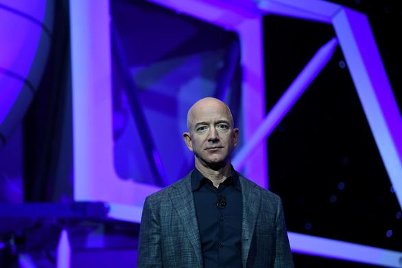 Tỉ phú Jeff Bezos khẳng định sẽ đưa người phụ nữ đầu tiên lên Mặt Trăng - Ảnh 1.