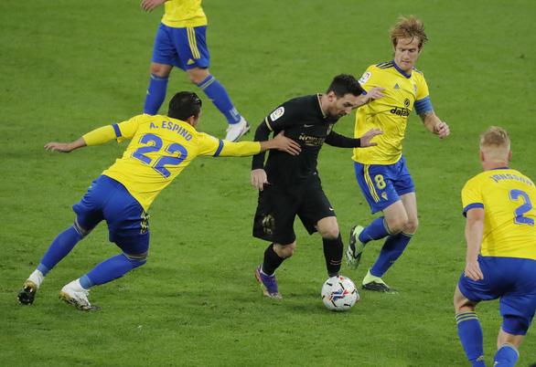 Messi sút 10 lần 0 bàn thắng, Barca bại trận trước tân binh Cadiz - Ảnh 2.
