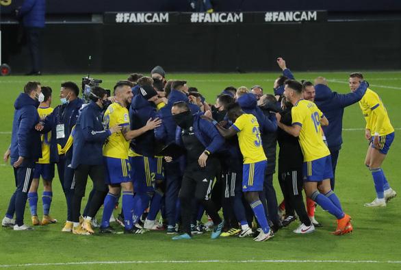 Messi sút 10 lần 0 bàn thắng, Barca bại trận trước tân binh Cadiz - Ảnh 3.