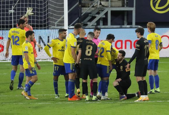 Messi sút 10 lần 0 bàn thắng, Barca bại trận trước tân binh Cadiz - Ảnh 1.