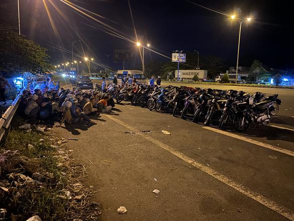 Hàng trăm thanh niên tụ tập đua xe trên cầu Cần Thơ - Ảnh 1.