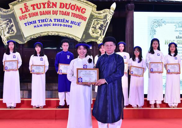 Mặc áo dài khăn đóng nhận danh hiệu Học sinh danh dự toàn trường - Ảnh 1.